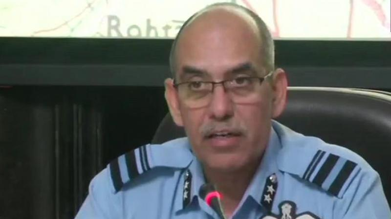 Air Vice Marshal R GK Kapoor Giving Radar Images of F-16 and Two Indian Pilots