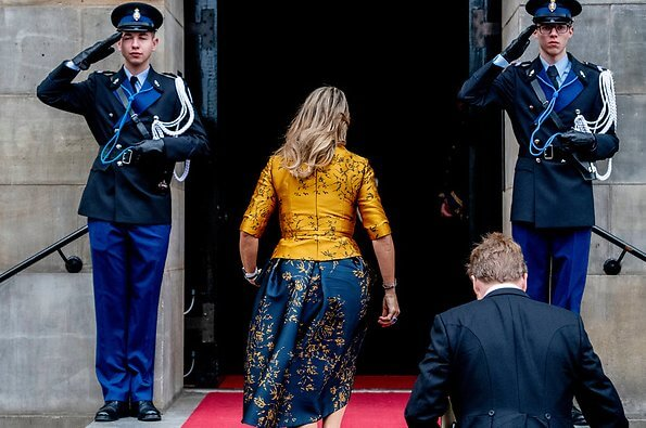 Queen Maxima wore a floral print satin yellow top and floral print blue skirt by Natan. Queen Maxima visited the Scouting Netherlands Cubs