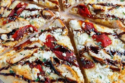 Mediterranian griled chiken and roasted papper pizza with feta and balsamic glaze
