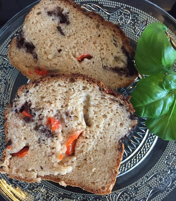 Oliven-Paprika-Brot, glutenfrei, vegan, bio, einfach, schnell, Rezepte, ohne Weizen, Blog, Minimalismus, Luxus, Rezeptinspiration, Rezepte für jeden Tag, gesund und lecker, Rezeptideen, schnelle Rezepte, healthy, entdecken, leicht