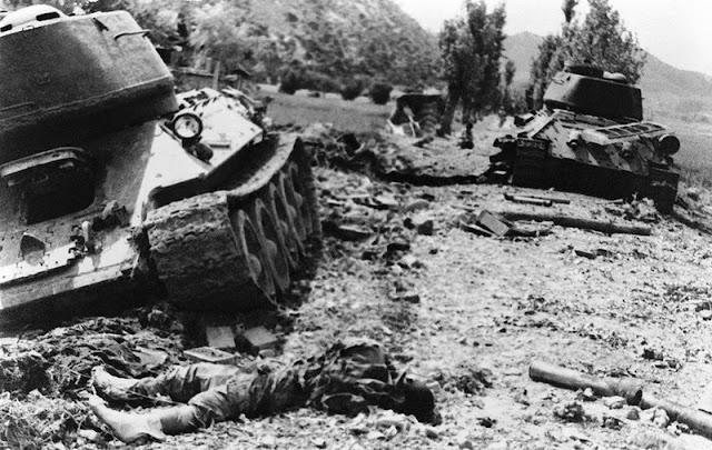 Soldado norcoreano muerto junto a su tanque destruido