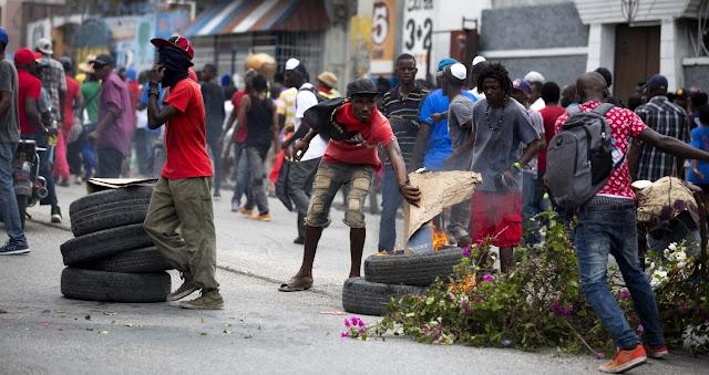 Centenares de personas exigieron ayer en las calles de Puerto Príncipe la salida del poder del presidente haitiano, Jovenel Moise, en una jornada de movilización que concluyó sin incidentes relevantes y que es la primera después de las violentas protestas de febrero.