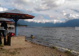 Sejuk dan Indahnya Pemandangan Alam Danau Maninjau di Kelilingi Bukit yang Hijau