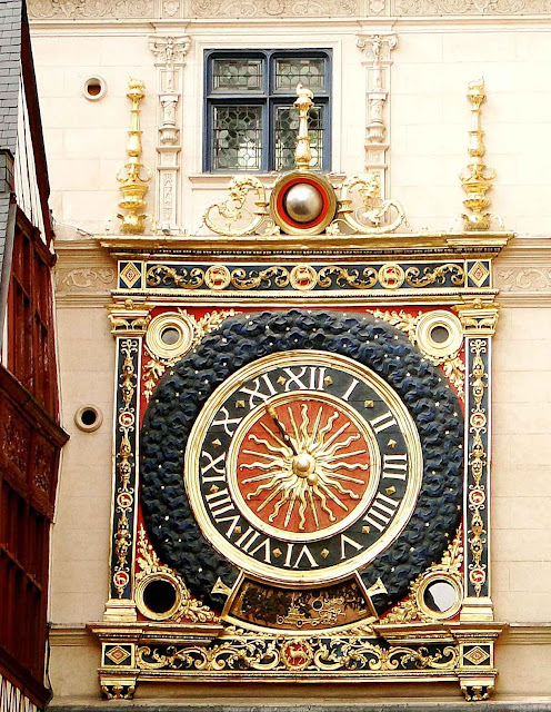 Relógio astronômico numa rua de Rouen, França.