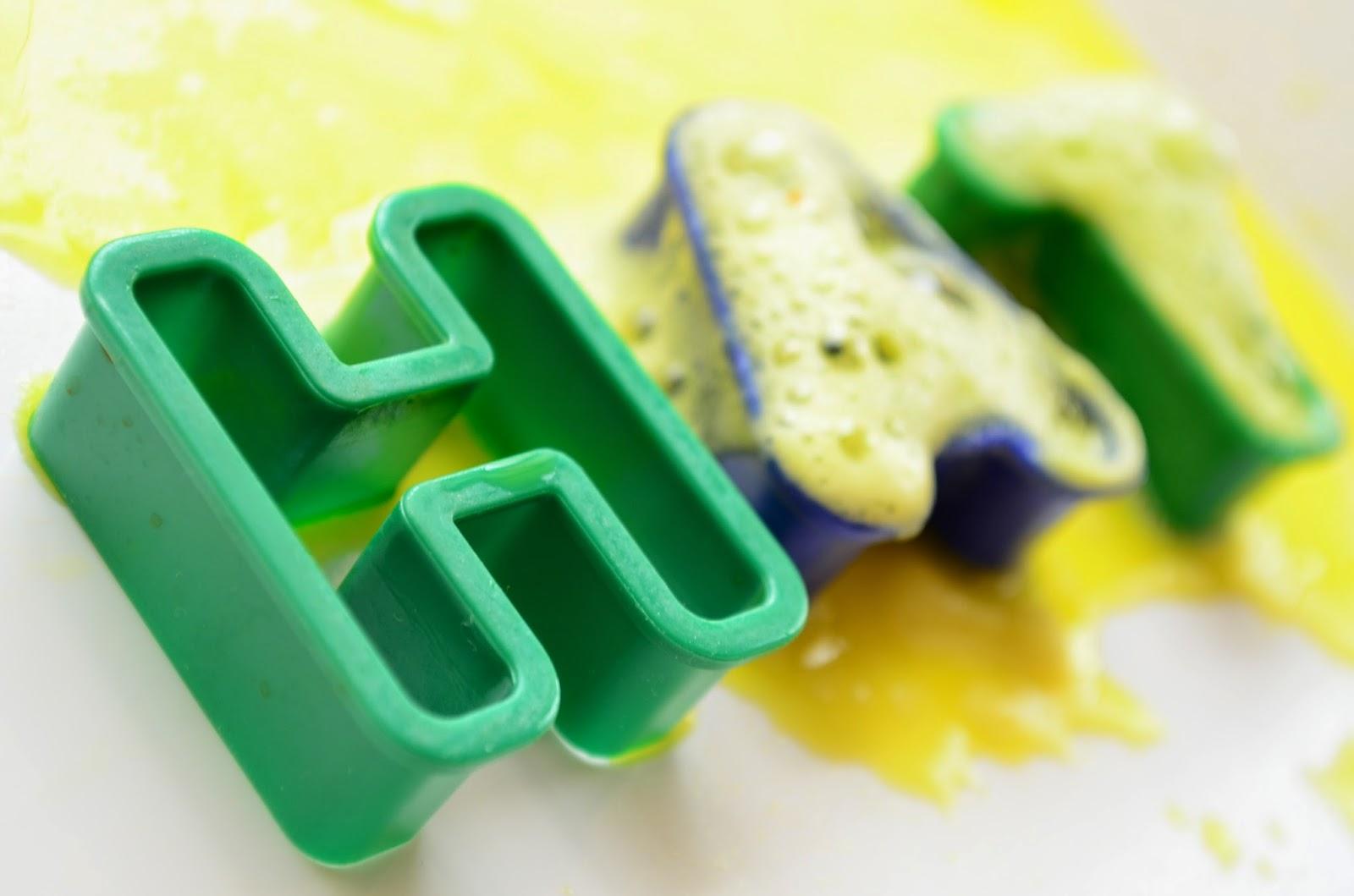 13 Non-Traditional Art Supplies for Preschoolers: Baking Soda & Vinegar: Fizzy Word Building