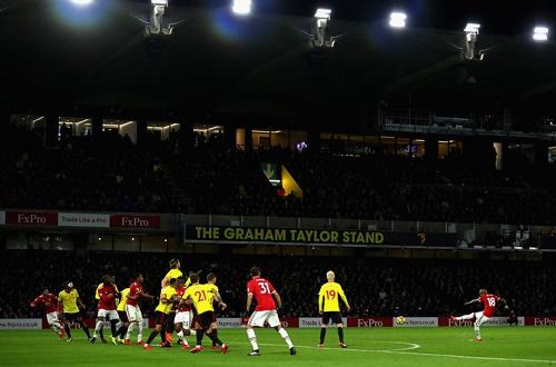 Ashley Young sút phạt khiến cả sân vận động phải kinh ngạc