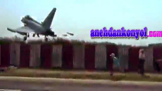 Atraksi Pesawat Jet Terbang Rendah di Atas Kepala Penonton