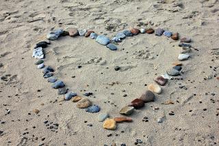 corazón de piedras en la arena