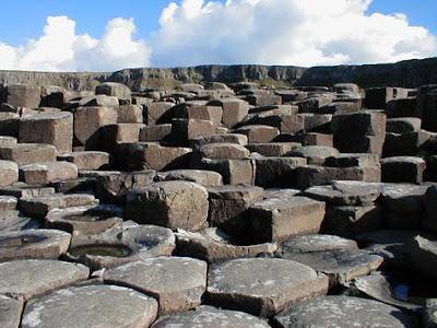 """Il """"Selciato del gigante"""", esempio di rocce squadrate di origine naturale"""