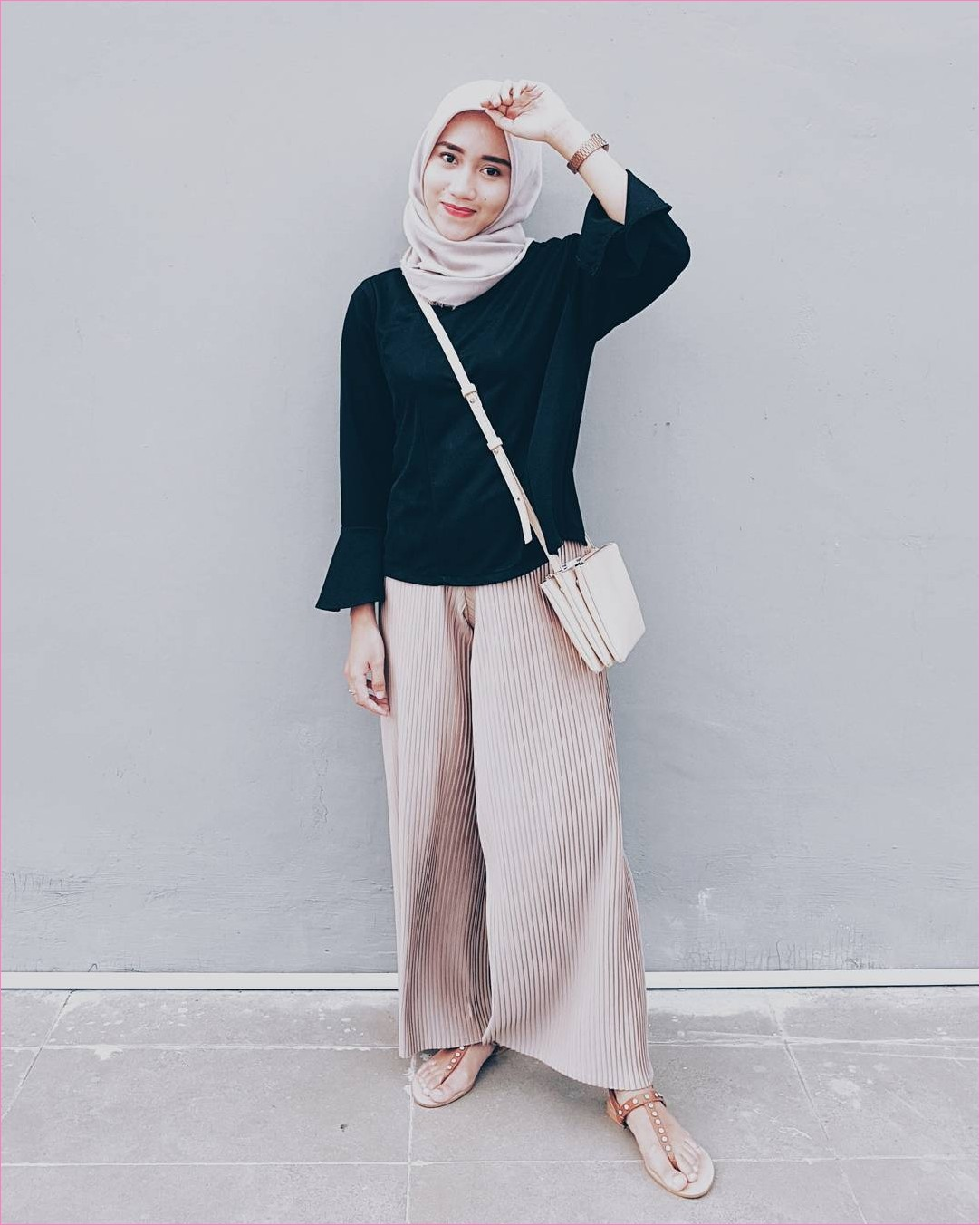 Outfit Kerudung Segiempat Ala Selebgram 2018 kerudung segiempat hijab square scarf satin baju top blouse hitam celana cullotes pallazo krem sandals oren slingbags jam tangan coklat tua ootd hijabers kekinian trendy tambok