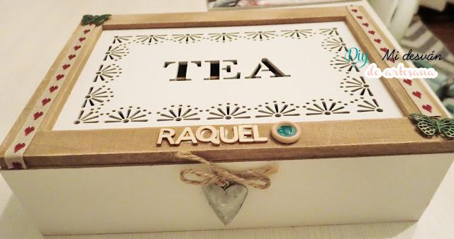 Primer plano frontal de la caja de té alterada parcialmente