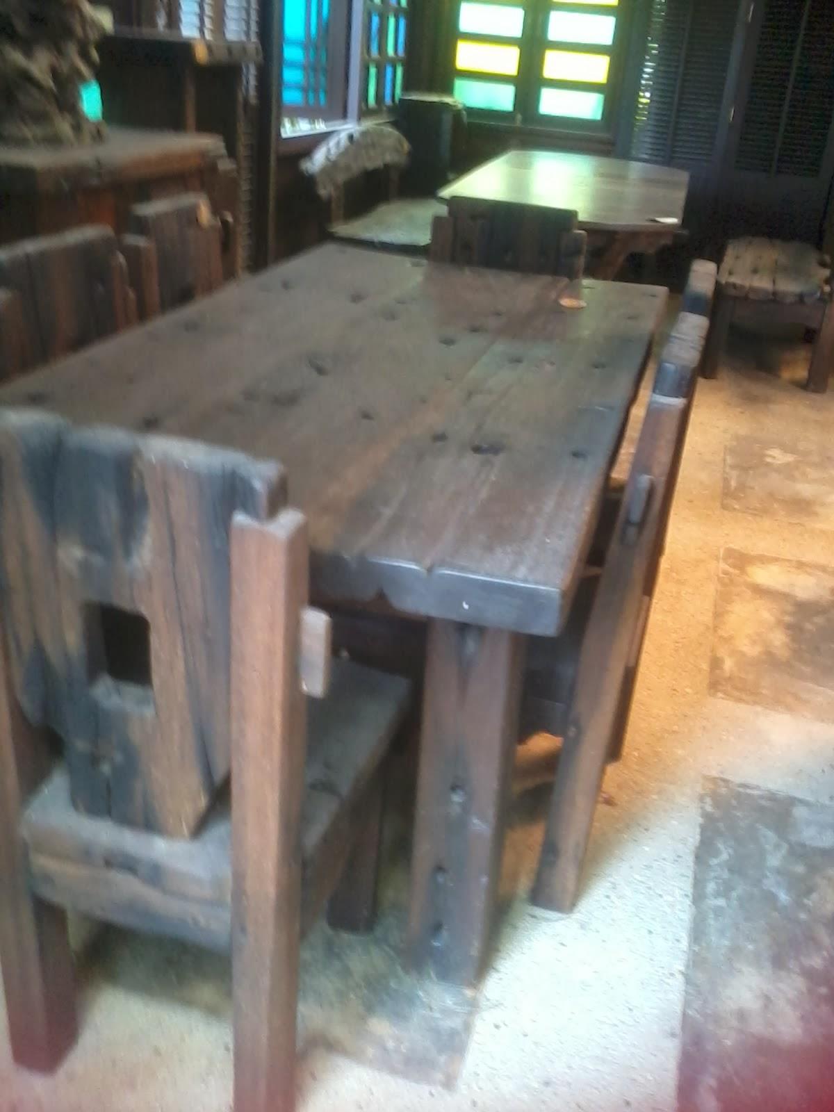 Meja Dan Kerusi Kayu Yang Boleh Digunakan Untuk Makan Seramai 6 Orang