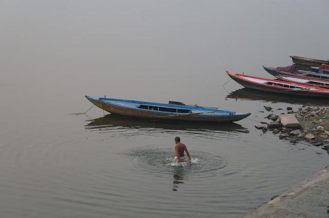 Matahari Terbit di Atas Sungai Gangga