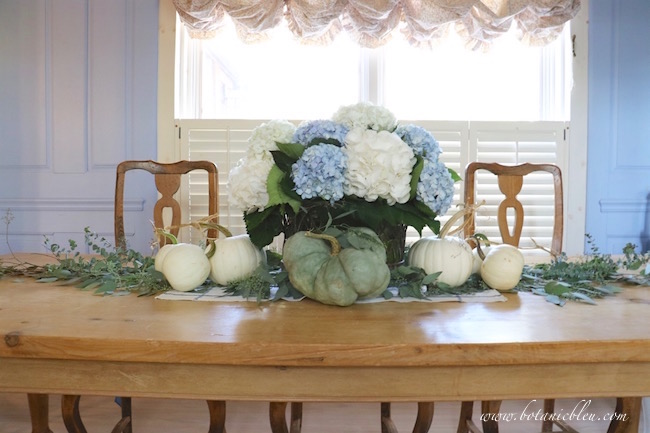 fall-display-pumpkins-hydrangeas-eucalyptus-pine-dining-table