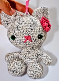 http://translate.google.es/translate?hl=es&sl=en&u=http://www.annoocrochet.com/2014/09/back-to-school-kitty-backpack-buddy.html&prev=/search%3Fq%3Dhttp://www.annoocrochet.com/2014/09/back-to-school-kitty-backpack-buddy.html%26safe%3Doff%26biw%3D1429%26bih%3D961