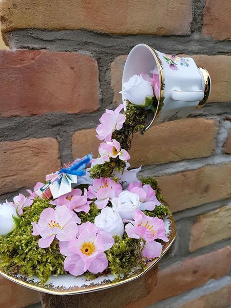 schwebende Tasse aus Moos und Blumen als Geschenk
