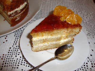 porcion de tarta de mandarina y chantilly