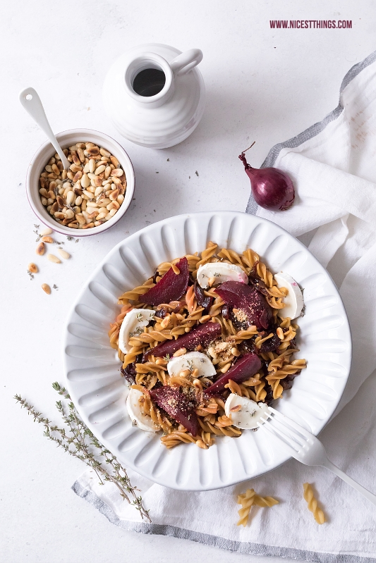Glutenfreie Nudeln mit roter Bete und Ziegenkäse / veganem Parmesan
