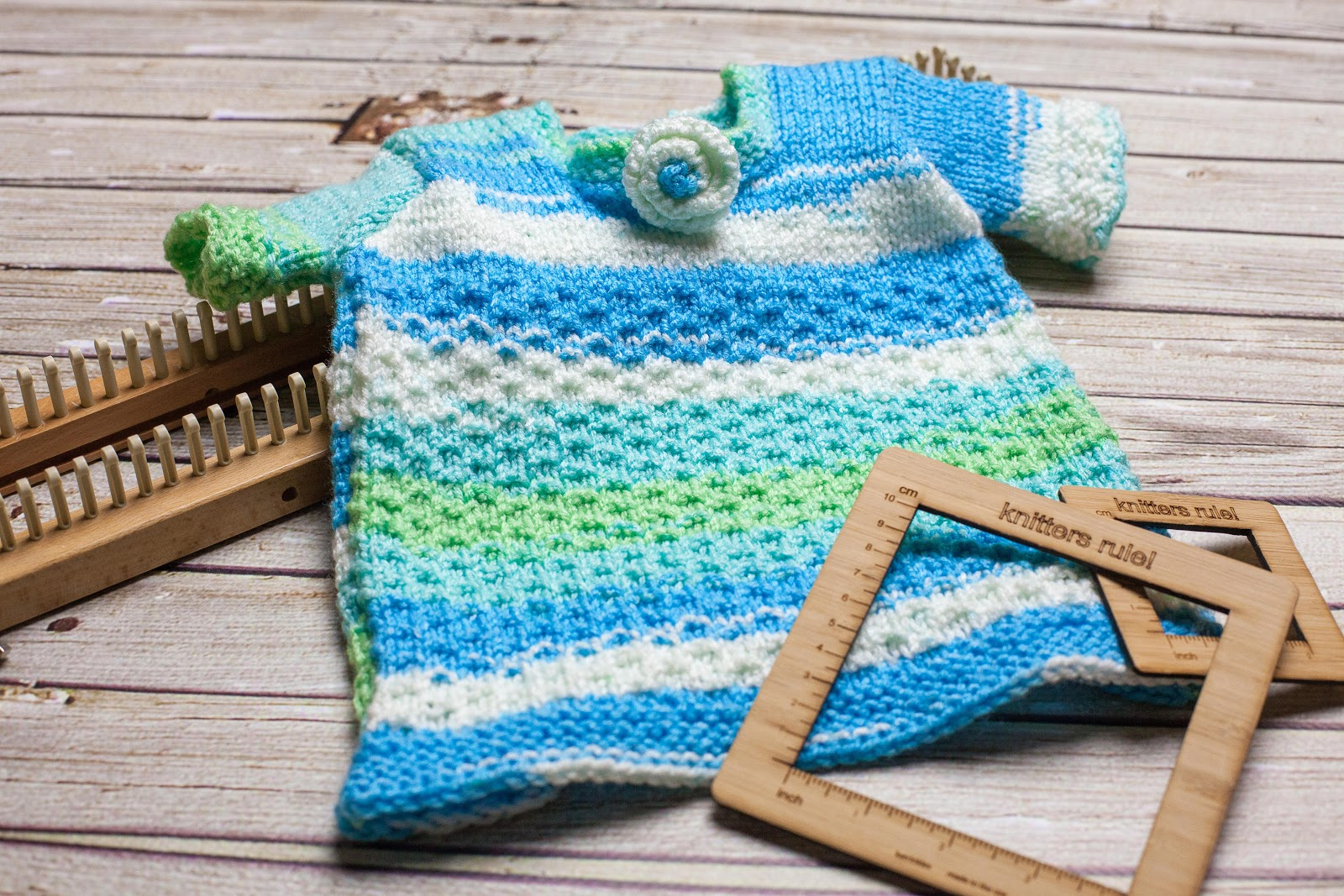 color pooling, stripes, simple color changes, loom knitting, using variegated yarn