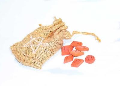 Como hacer runas vikingas sencillas con troncos-piedras-cristales