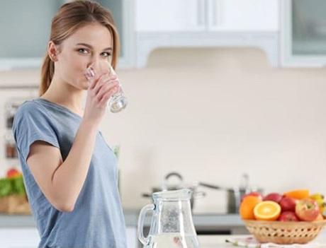 Perbanyak minum air putih saat haid
