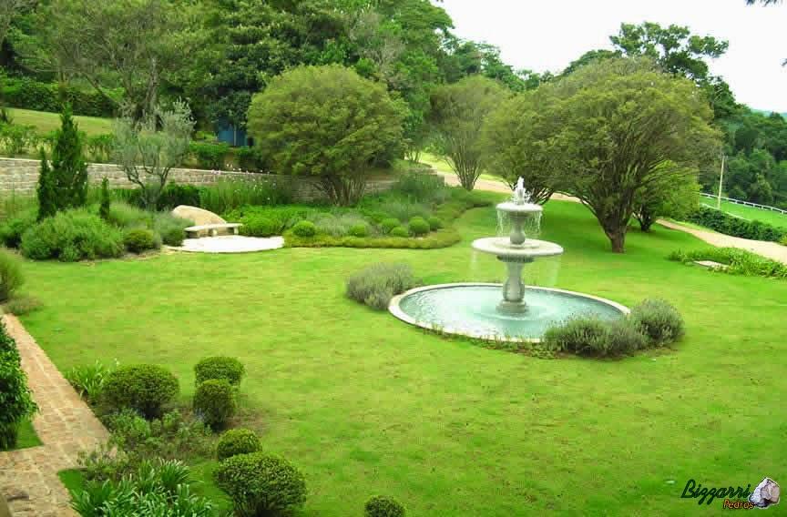 Caminho com pedra no jardim com pedra folheta com os muros de pedra e a execução do chafariz com o paisagismo.