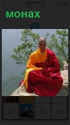 одинокий монах на берегу