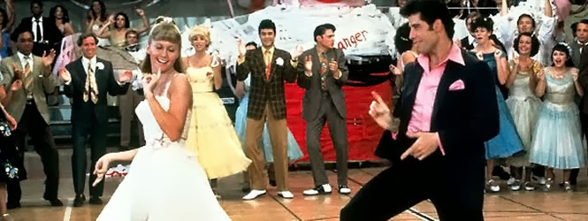 Olivia Newton-John e John Travolta em performance musical em Grease.