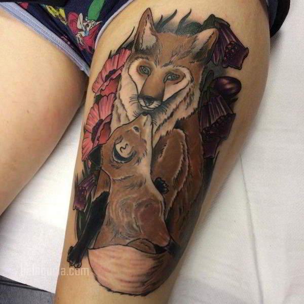 muslo de una chica con tatuaje de zorro y crias