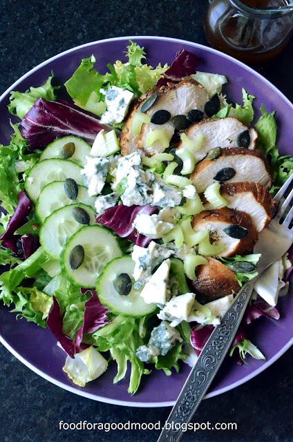 Na zdrowy lunch dobra będzie sałatka. Tutaj główną rolę grają soczysty kurczak w marynacie balsamico i ser lazur. Do tego duużo sałaty, zielony ogórek i seler naciowy. Całość dobrze łączy się z winegretem na bazie syropu klonowego. Prosto, świeżo i co najważniejsze - pysznie :)