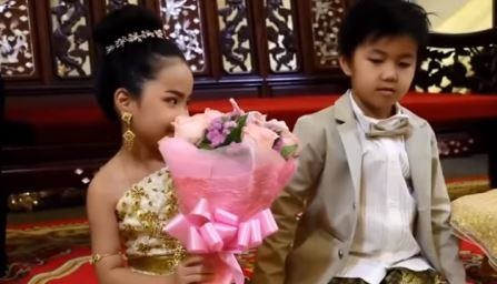 بالفيديو لسبب غريب يتعلق بحياتهما السابقة..زواج أخ من أخته التوأم بعمر السادسة!!