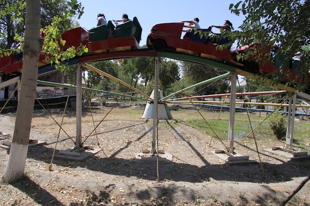 Ouzbékistan, Boukhara, Parc Samanides, manège, montagnes russes, © L. Gigout, 2012