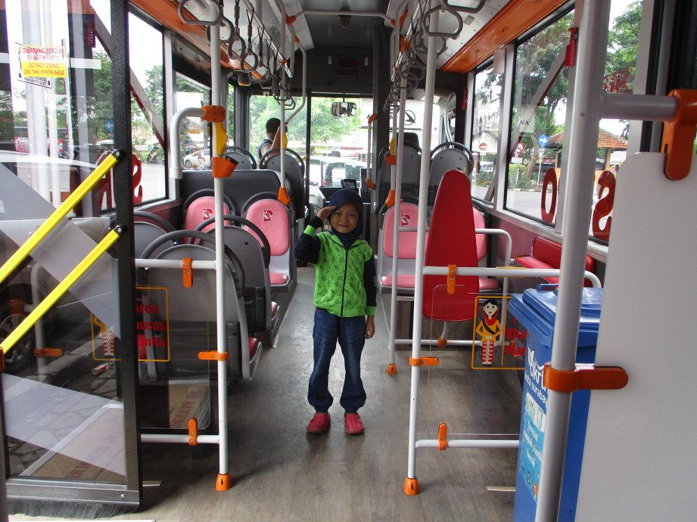 Suroboyo Bus: Berkeliling Surabaya dengan Modal Sampah