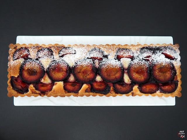 Tarta de ciruelas asadas aromatizadas con especias sobre base de masa sucrée y crema frangipane