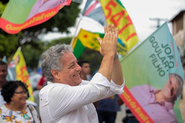 Foto do João Goulart Filho fazendo campanha nas ruas.