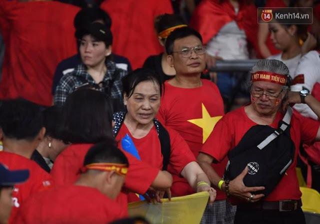 Cổ động viên Việt Nam dọn rác ảnh 11