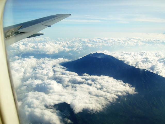 Изображение жерла вулкана среди облаков на отрове Бали, Индонезия