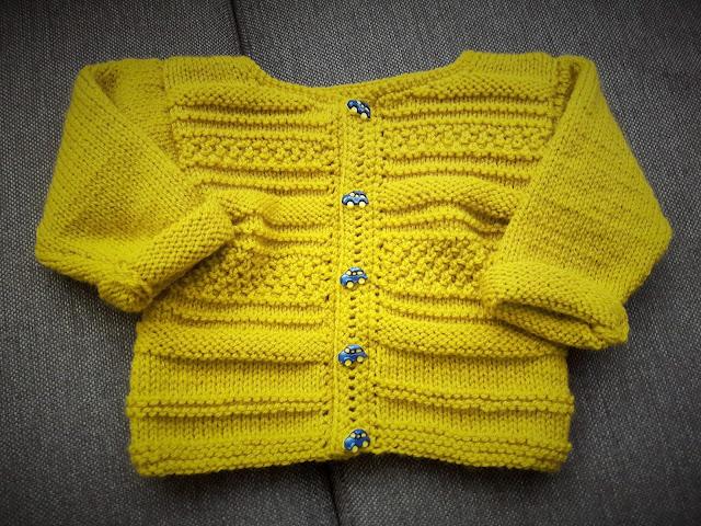 Miodowy sweterek z samochodzikami