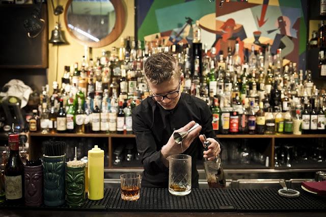Drink sendo preparado no bar Lacerba em Milão