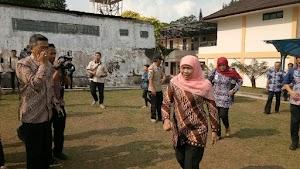 Kunjungi PKH di Bandung Barat, Menteri Sosial Khofifah Sholawatan Bareng KPM