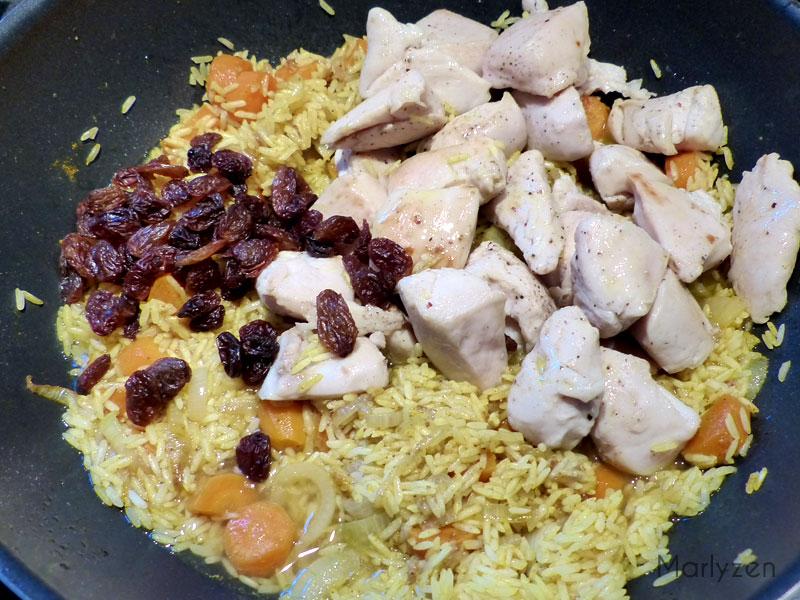 Ajoutez les raisins secs, le poulet et le bouillon de volaille.