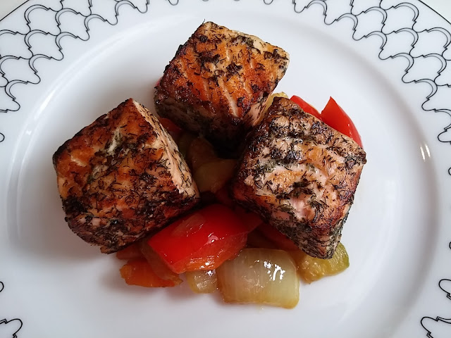 Tacos de salmón en mantequilla de eneldo y sus verduras