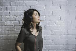 Jeune femme avec écouteurs