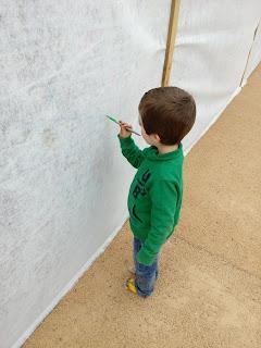 Pintar nas paredes... Espero que não ganhem o gosto ;)