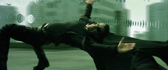 """Peleador de Kickboxer evade patada al estilo """"Neo"""" de Matrix"""