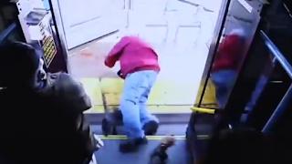 Γυναίκα σπρώχνει 74χρονο από λεωφορείο, πέφτει στο πεζοδρόμιο και σκοτώνεται (Βίντεο)