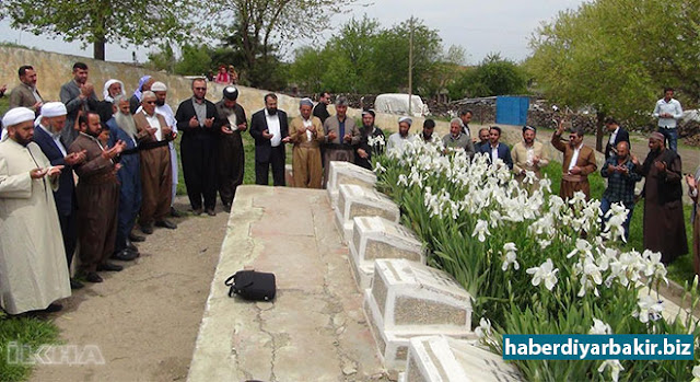 DIYARBAKIR-The delegation who came from abroad and participated in the program of Holy Birth organized by Prophet Lovers Platform in Diyarbakır, visited the martyrs' cemetery of Bulutçeker (Qubik) and Yarımkaş (Gowerin) in Qerejdakh.