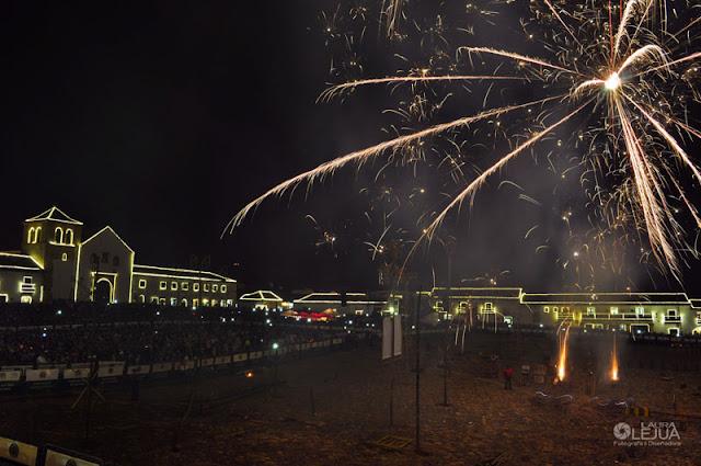Plaza principal de Villa de Leyva en festival de luces
