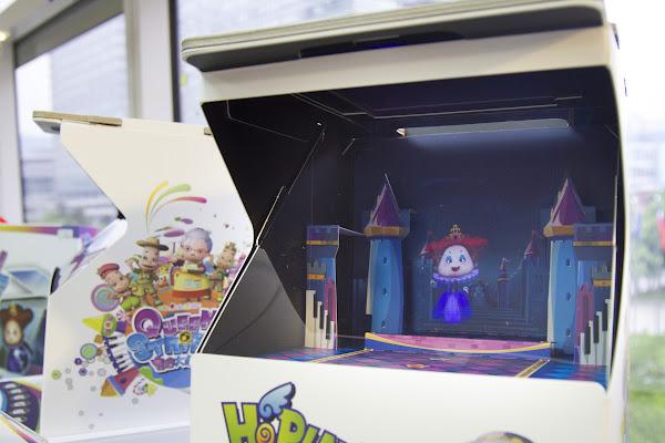 奇銳推出浮空桌遊,將平板卡入投影箱中,再將遊戲卡牌放在iPad前置鏡頭前,就會投影出各種劇情。(圖片來源:郭涵羚攝)