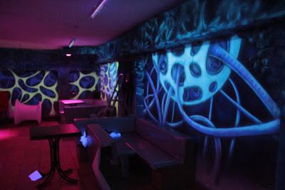 Malowanie obrazu w ultrafiolecie, mural UV świecący w ciemności, aranżacja ściany na dyskotece